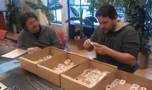 Ab Waasdorp en Julius van roemburg bestuderen de metaalvondsten van Ockenburgh