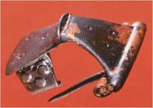 Een verzilverde Germaanse fibula uit Velserbroek B6 (foto A.V.A.J. Bosman).