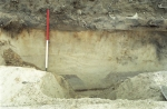 De spitsgracht die in 1993 is ontdekt in Den Haag-Ockenburgh is goed herkenbaar in dit profiel.